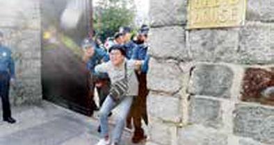 کرهایها از دیوار سفارت آمریکا بالا رفتند