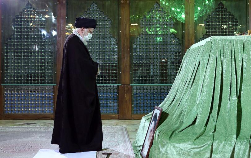 رهبر انقلاب در مرقد امام خمینی(ره)  و گلزار شهدا حضور یافتند